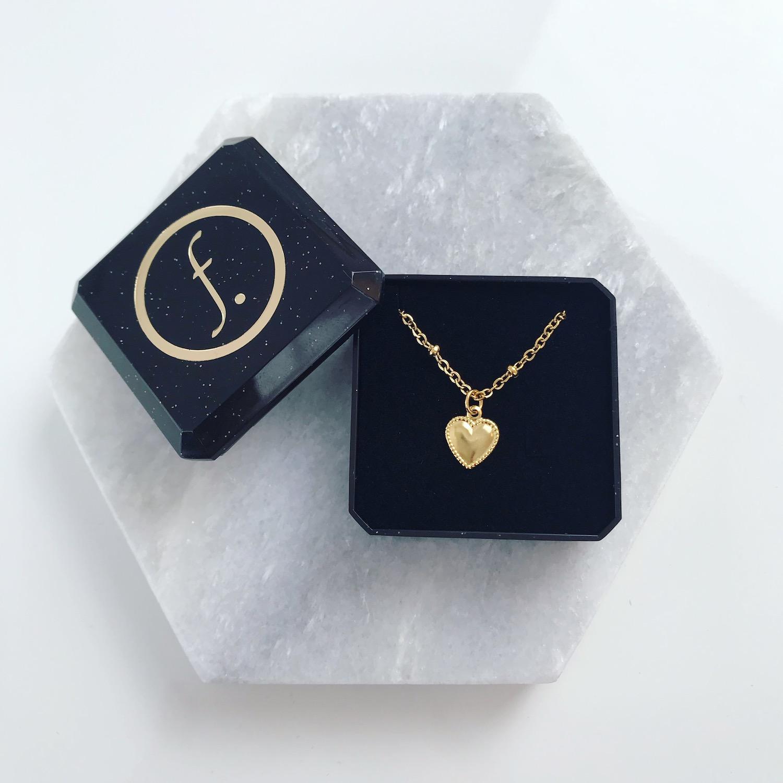 gouden ketting met hartje in sieradendoosje