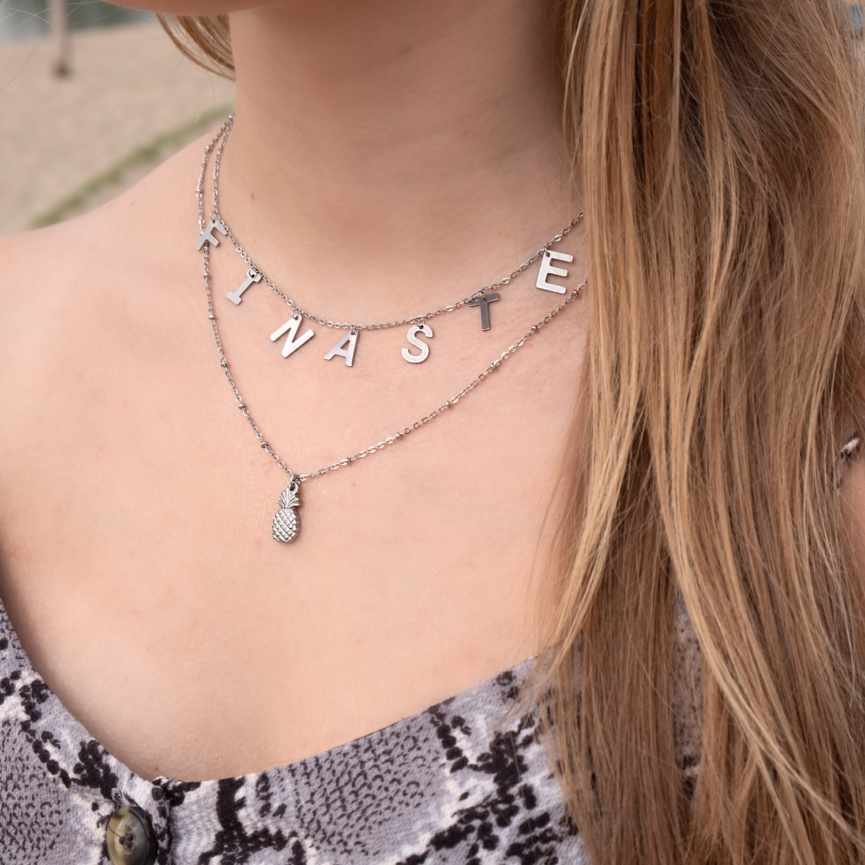 Meisje draagt zilveren sieraden