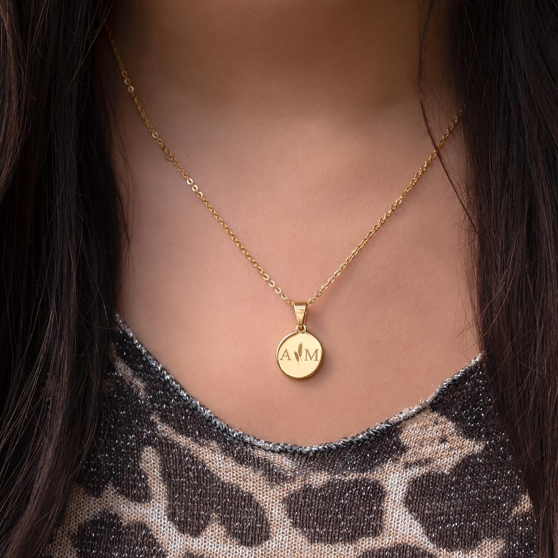 gouden ketting met twee letters gegraveerd bij leopard top