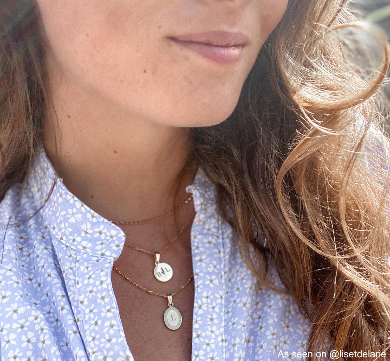 Influencer draagt gouden kettingen met initialen