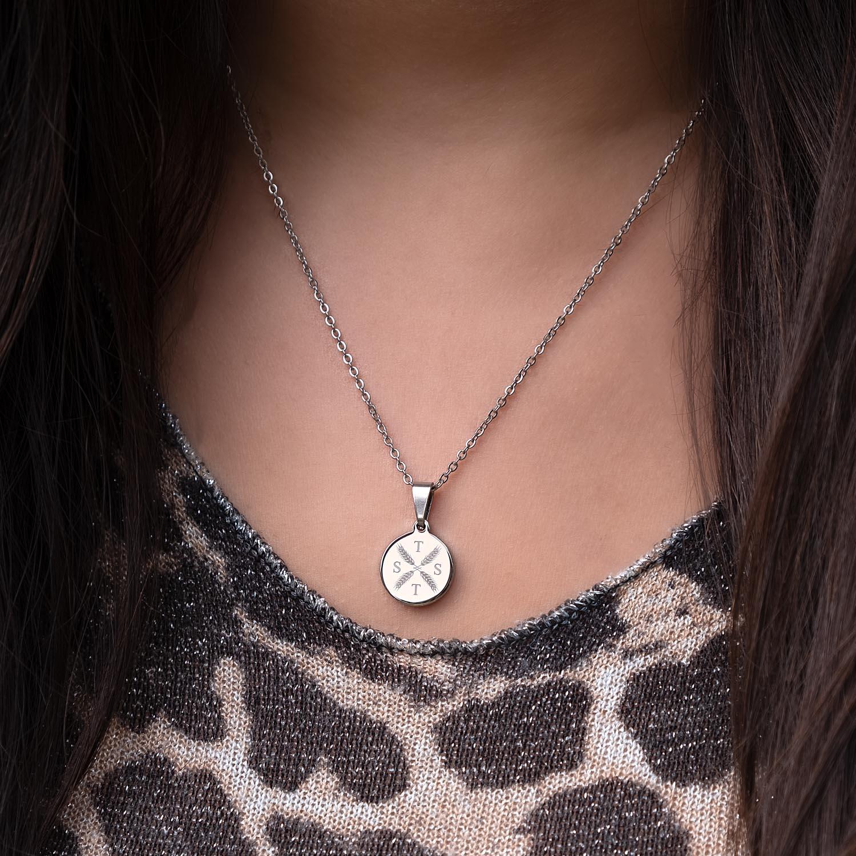 Zilveren ketting met letters om de hals met versiering