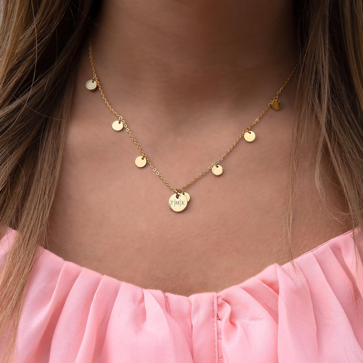 Gouden muntjes ketting om de hals met graveerbaar muntje erbij