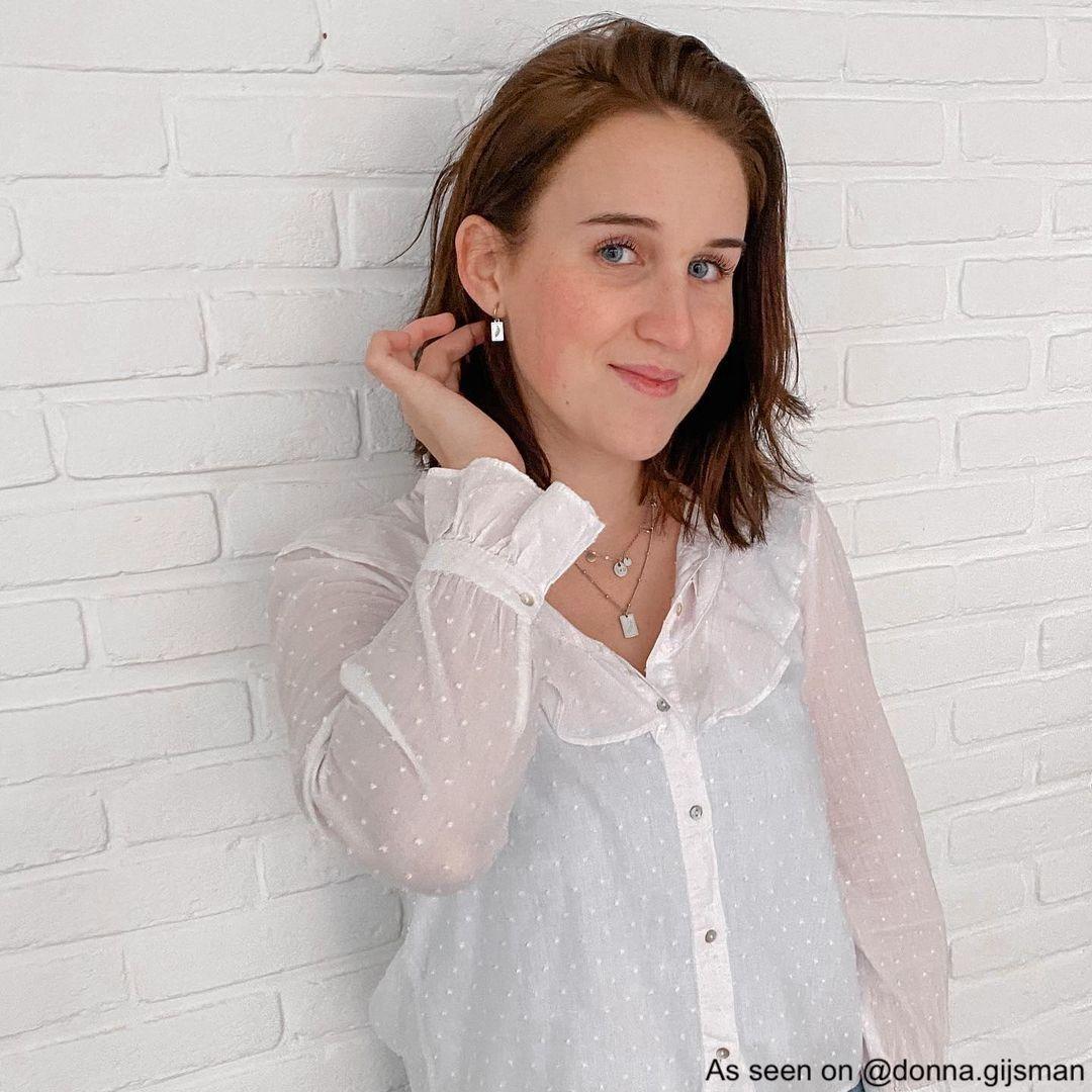 Meisje draagt oorbellen met veertjes