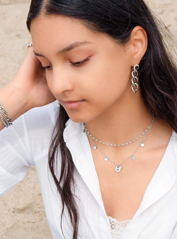 Trendy sieraden om de hals met een gepersonaliseerd muntje