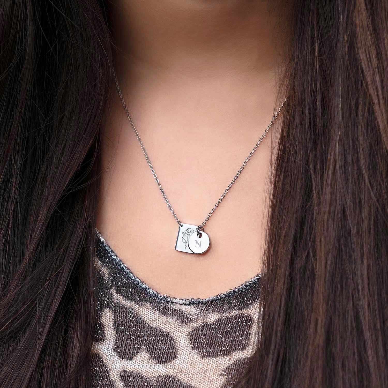Graveerbare zilveren ketting met een roosje om de hals