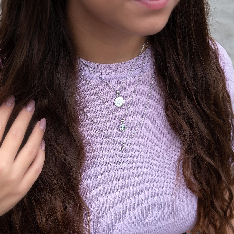 Leuke zilveren sieraden om de hals voor een complete look