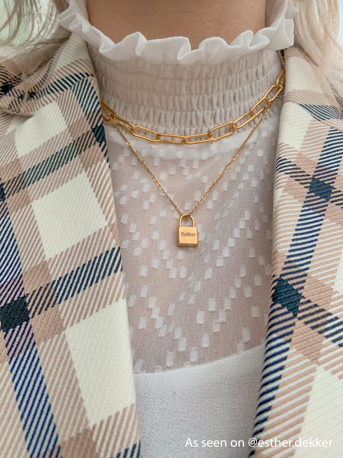 Influencer met gouden necklace layer om hals