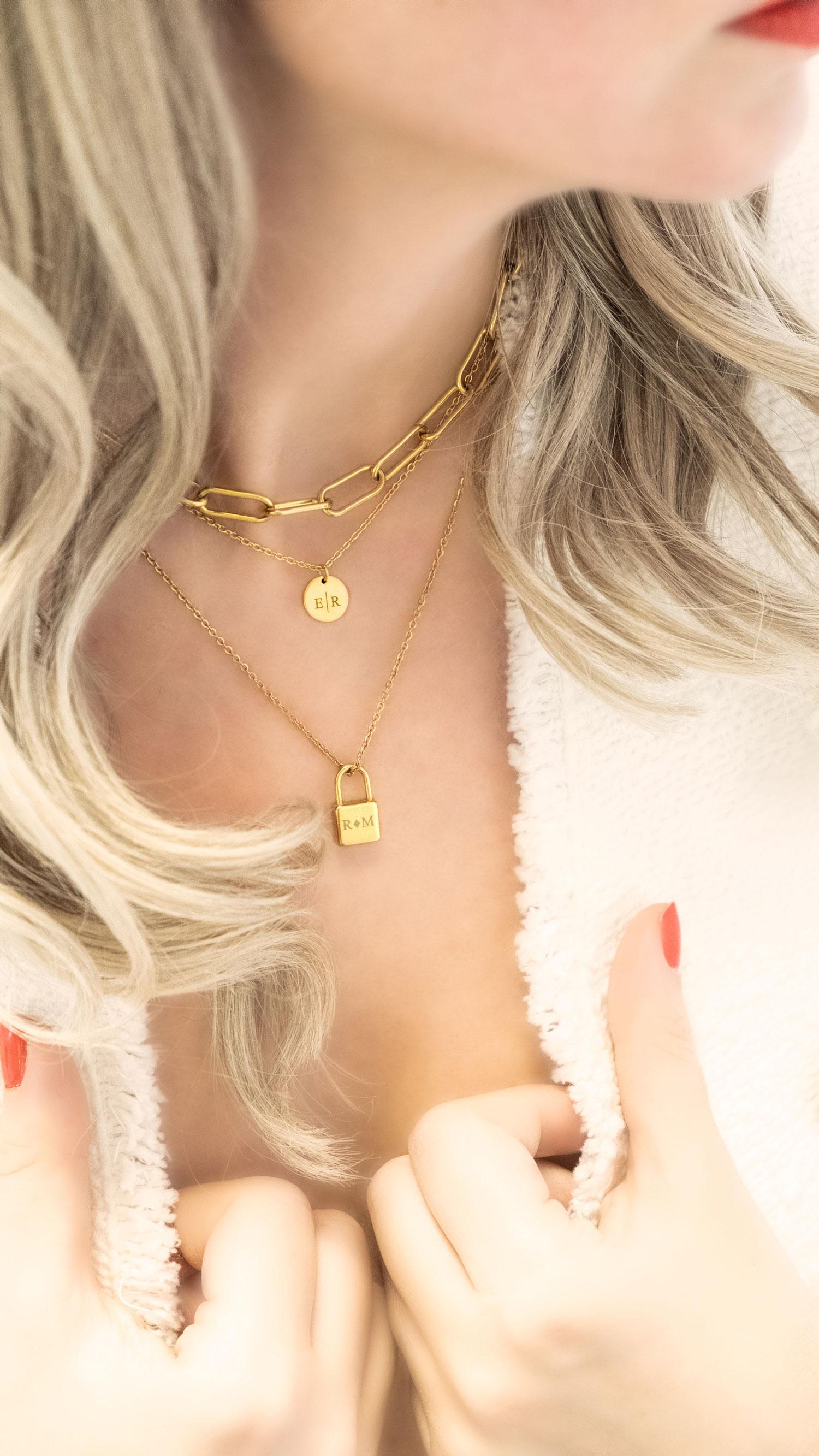 trendy schakelketting in het goud bij een blonde vrouw