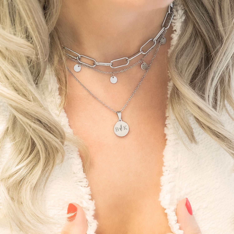 Zilveren muntjes ketting om de hals voor een complete look