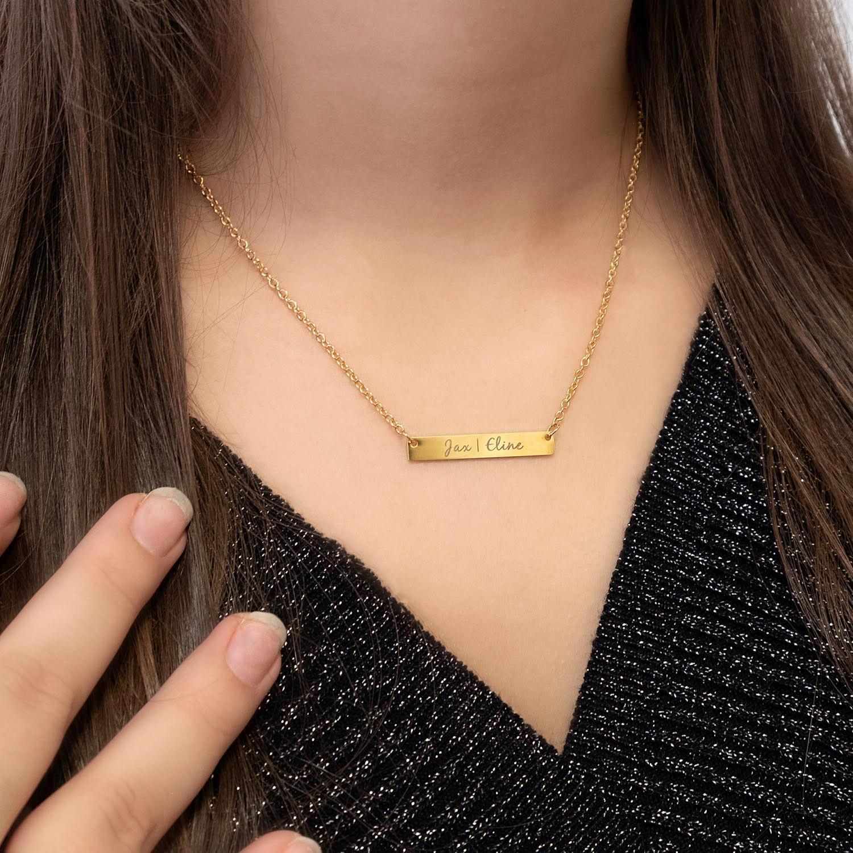 Vrouw draagt mooie ketting met sierlijke letters om de hals voor een complete look