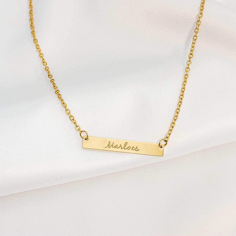 gouden ketting met bar in sierletters voor een leuke look