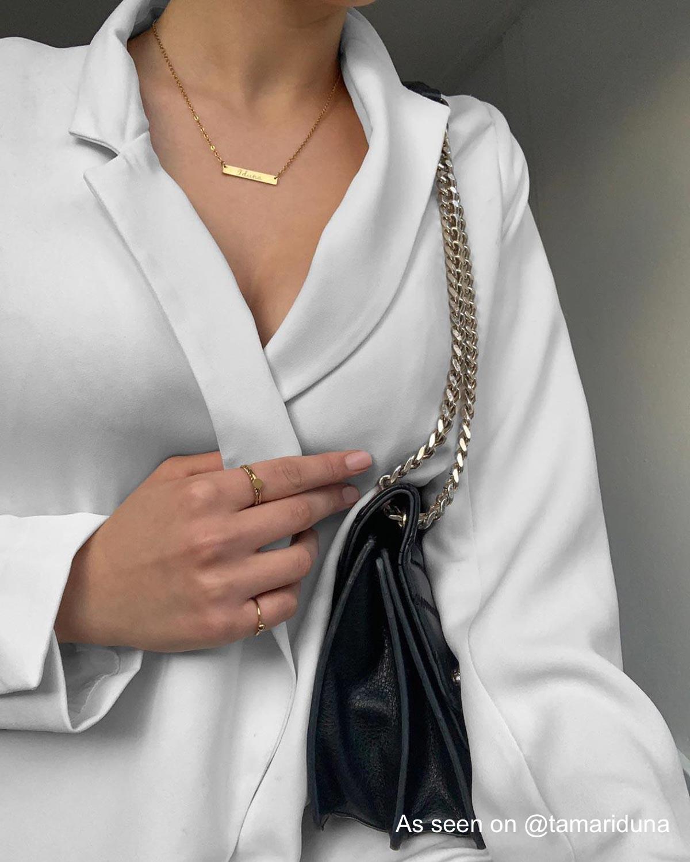 Meisje draagt drie ringen van finaste