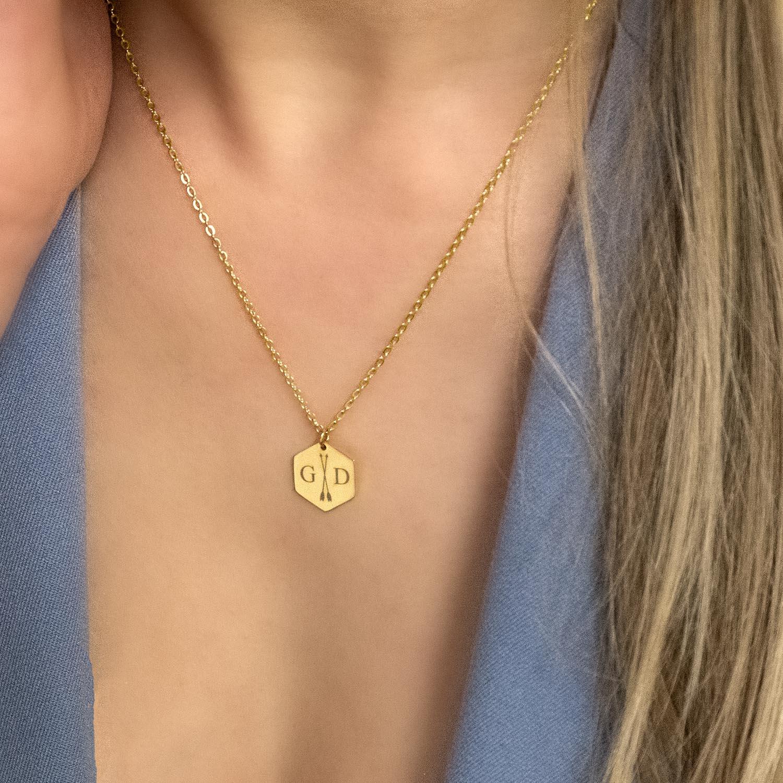 Gouden graveerbare ketting om de hals