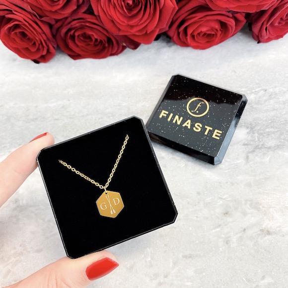 Gouden ketting met twee letters in sieradendoosje met bloemen