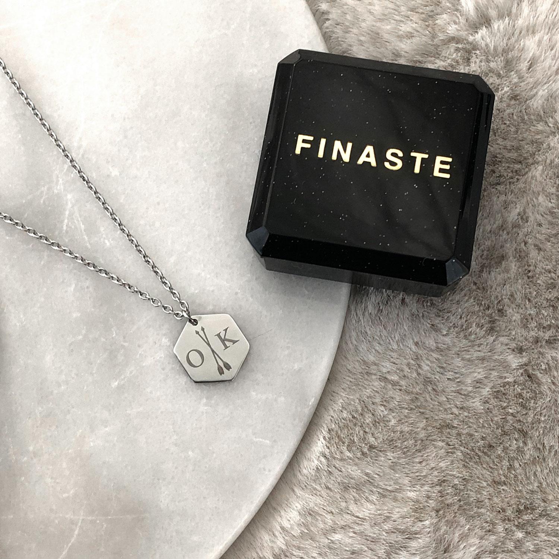 Zilveren kettingen op een plaatje met een mooi sieradendoosje