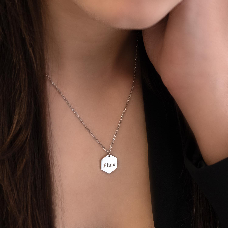 Zilveren hanger ketting met naam bij meisje met bruin haar