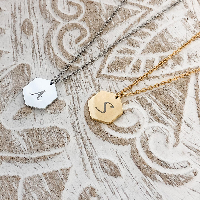 Gouden ketting met letter in mooie sierletters