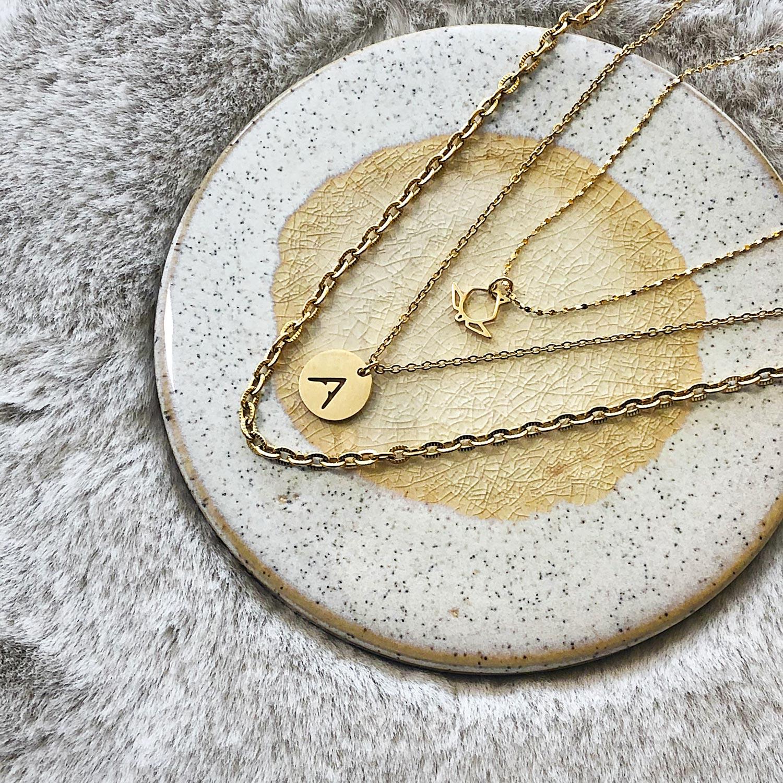 Mooie gouden kettingen op een plaatje om te kopen