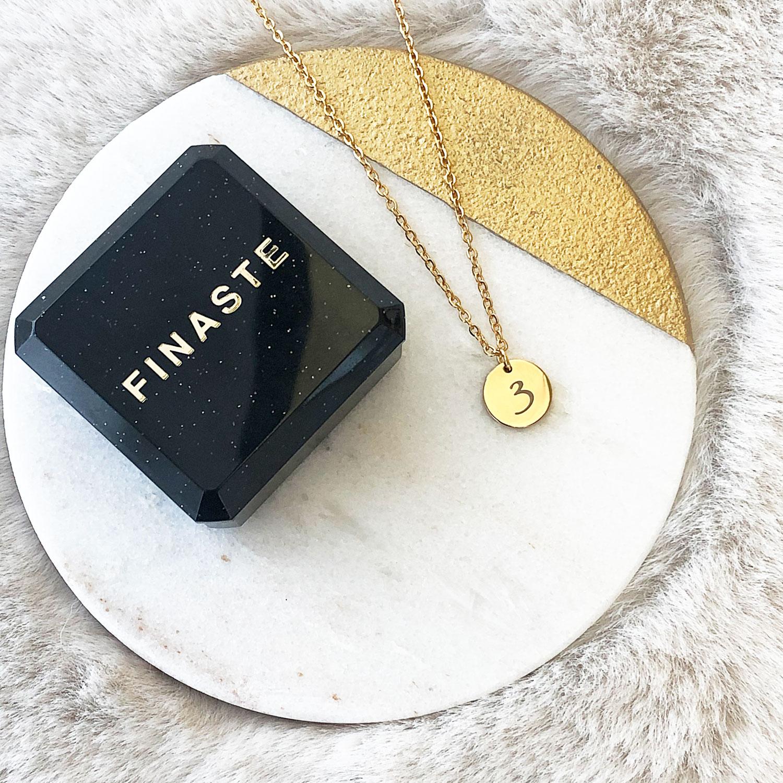 Mooie gouden ketting met nummer met een sieradendoosje