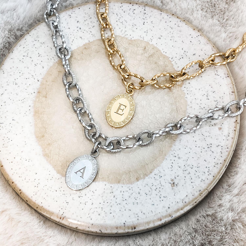 Vrouw draagt mooie bedel sieraden om de hals voor een complete look