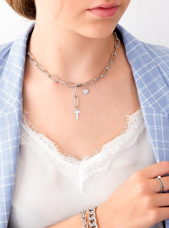 Trendy ketting met kruisje om de hals voor een leuke look