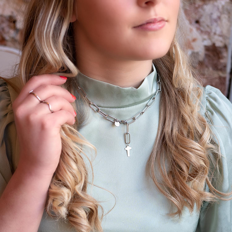 zilveren ketting met hanger om de hals voor een complete look