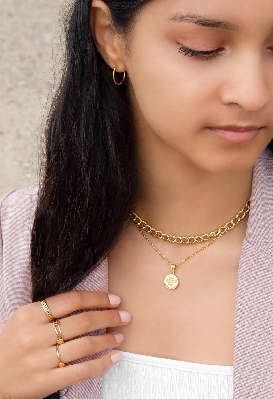Mooie set van goudkleurige sieraden om te kopen