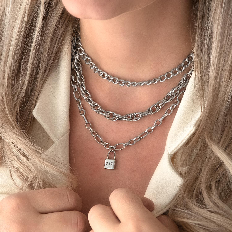 Zilveren kettingen op een plaatje voor een complete look