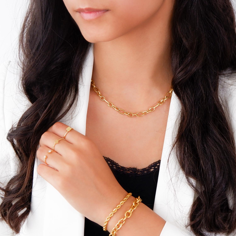 Mix van armbanden om de hals voor een trendy look