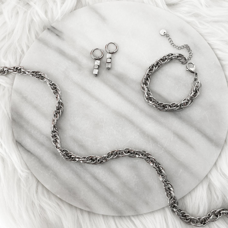 Mooie zilveren sieraden op een plaatje om te kopen