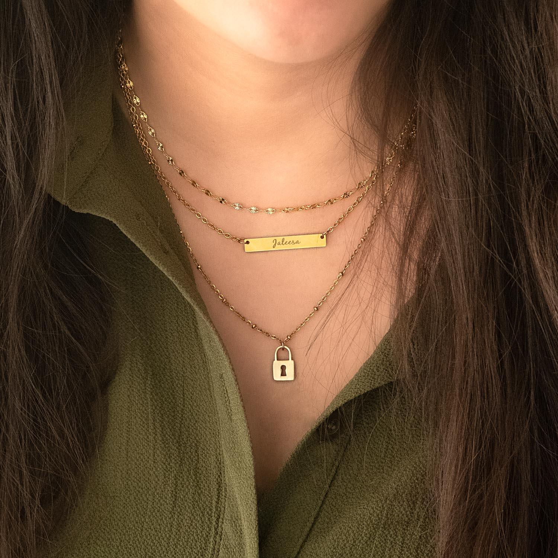 Gouden sieraden om de hals voor een complete look
