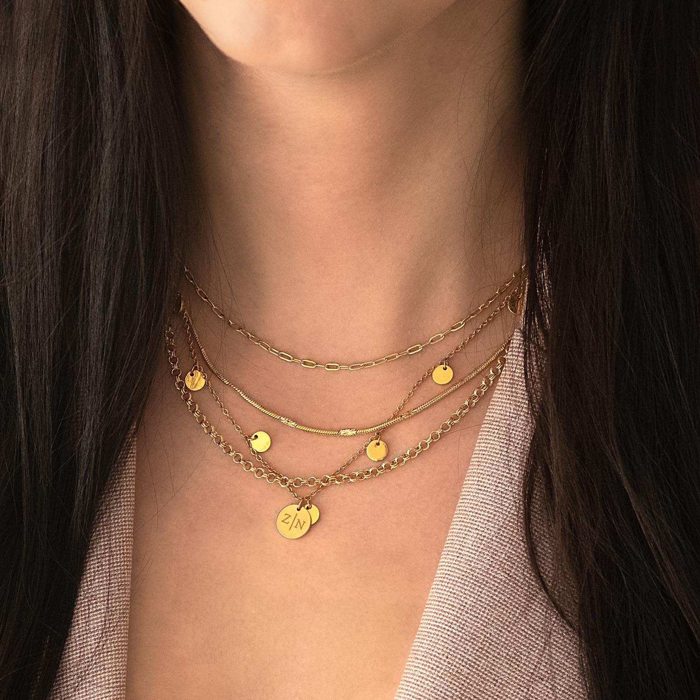 Trendy gouden kettinkjes om de hals voor een complete look
