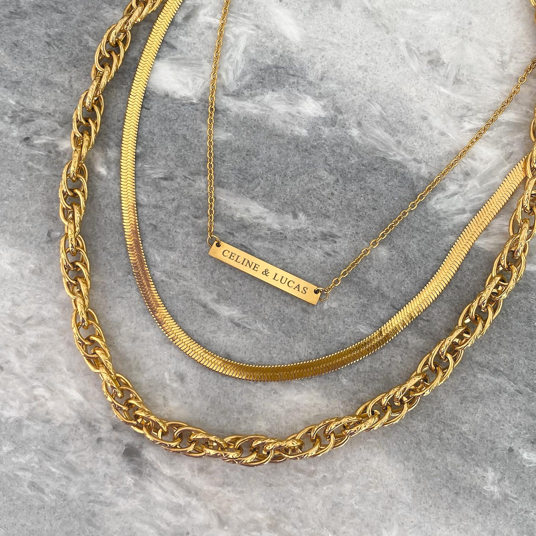 Mooie gouden kettingen op een marmeren plaat om te kopen