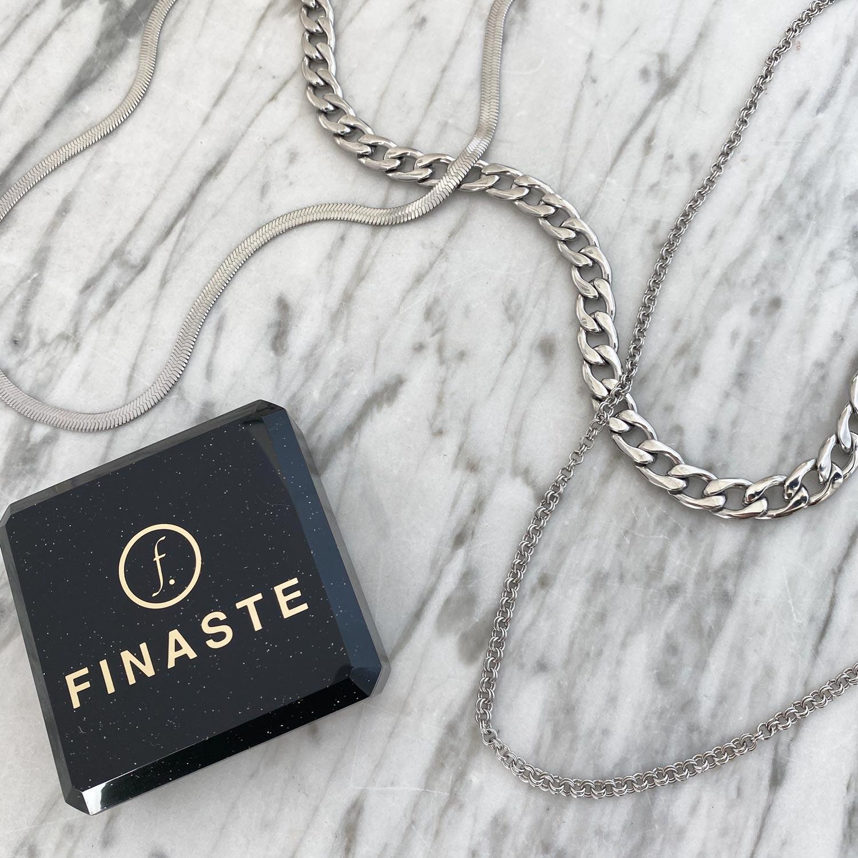 Zilveren sieraden op een marmeren plaatje om te shoppen