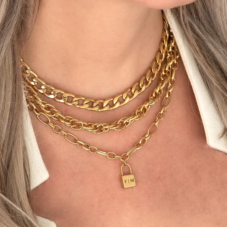 Gouden kettingen met een hangertje om de hals