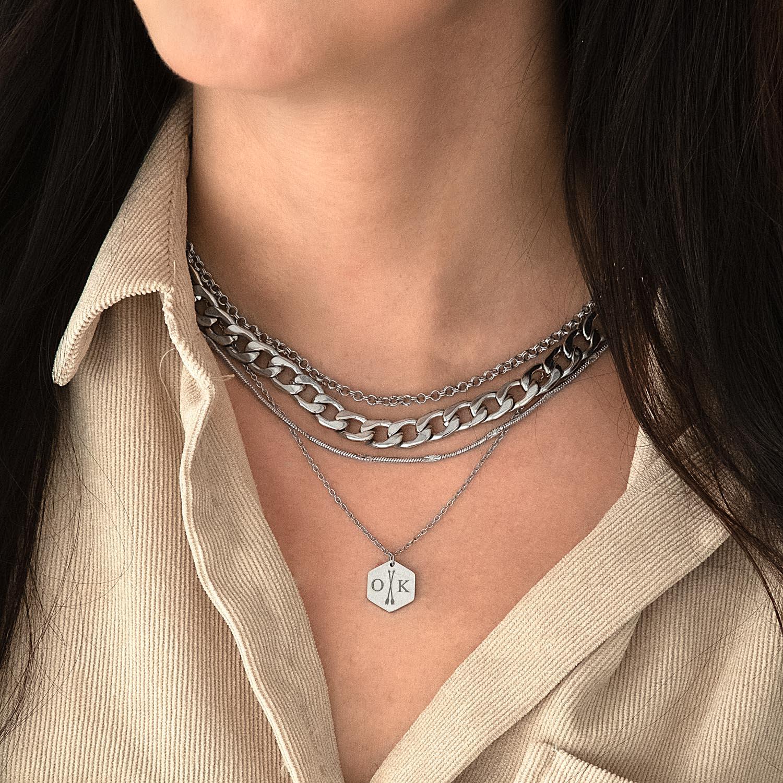 Zilveren schakels om de hals voor een complete look