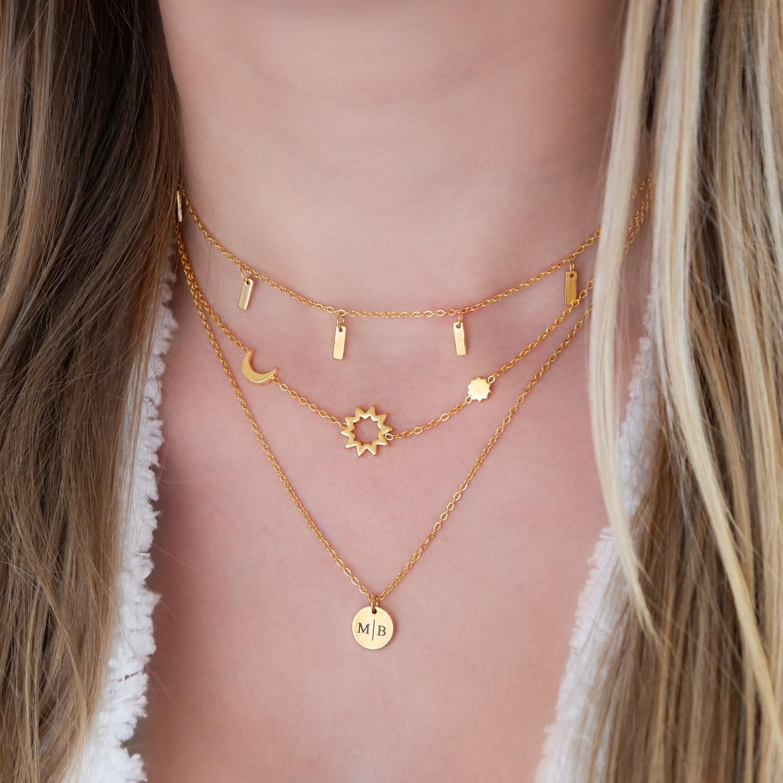 Goudkleurige ketting om de hals voor een complete look