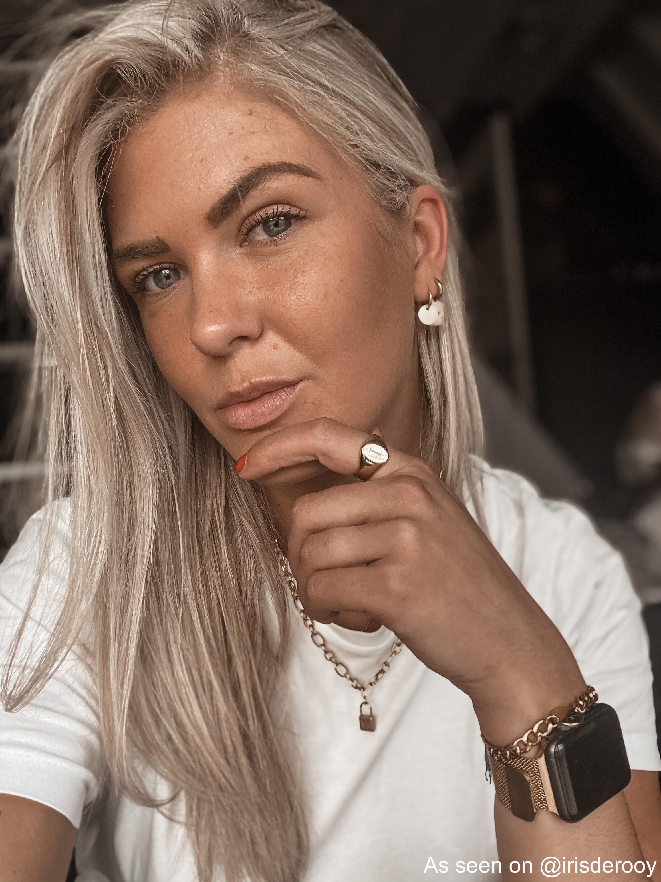 Finaste girl draagt gouden sieraden