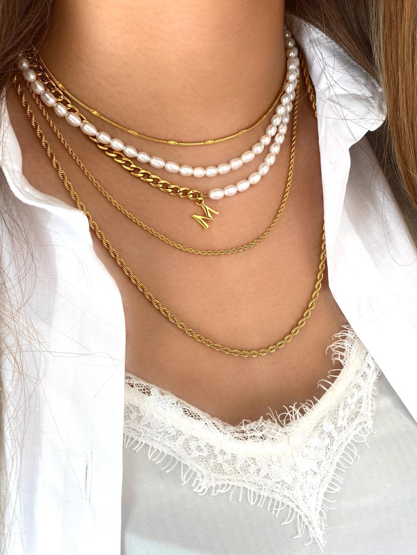 Mooie kettingen om de nek van het model in het goud kleurig