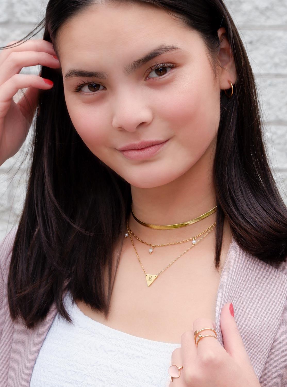 Gouden kettinkjes combinatie bij meisje met donker haar