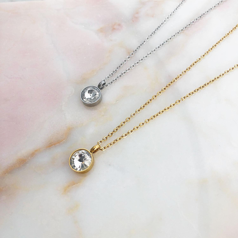 Mooie ketting met een sparkle steen als hanger op een plaatje