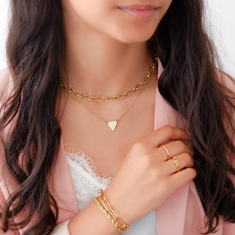 Trendy armband om de pols gemixt met kettingen