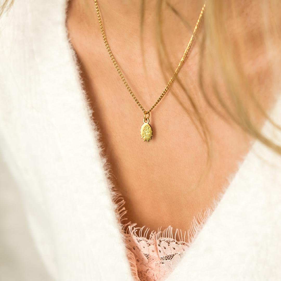 Leuke trendy ketting met flower hanger in het goud