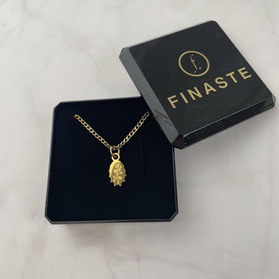 Gouden flower charm ketting in sieradendoosje
