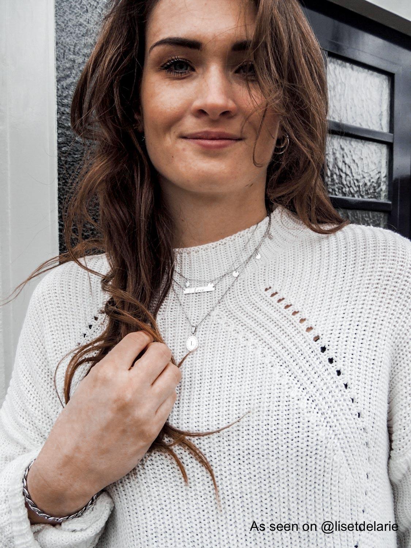 Influencer draagt zilveren sieraden mix
