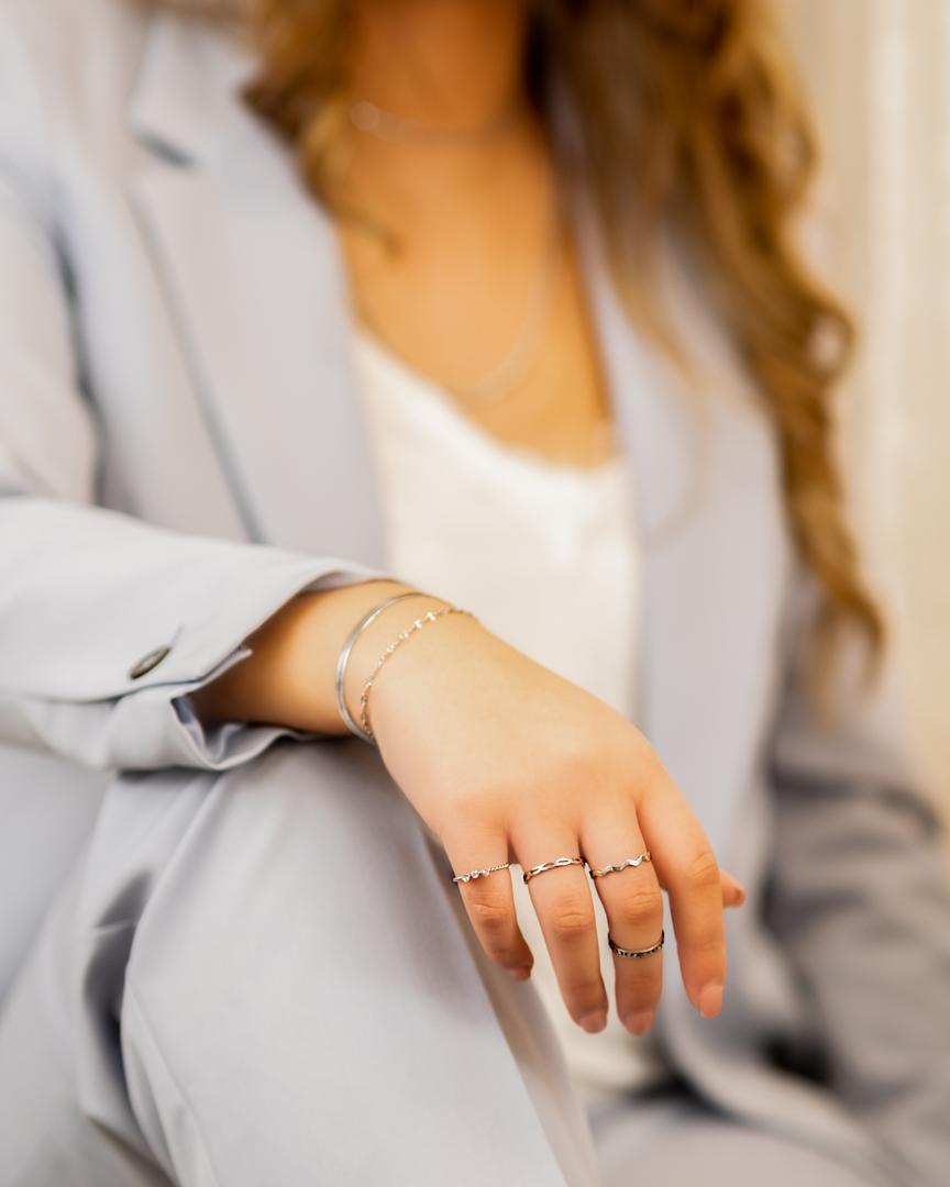 Mooie ringen mix van zilveren ringen om de hand van het model in de blauwe suit