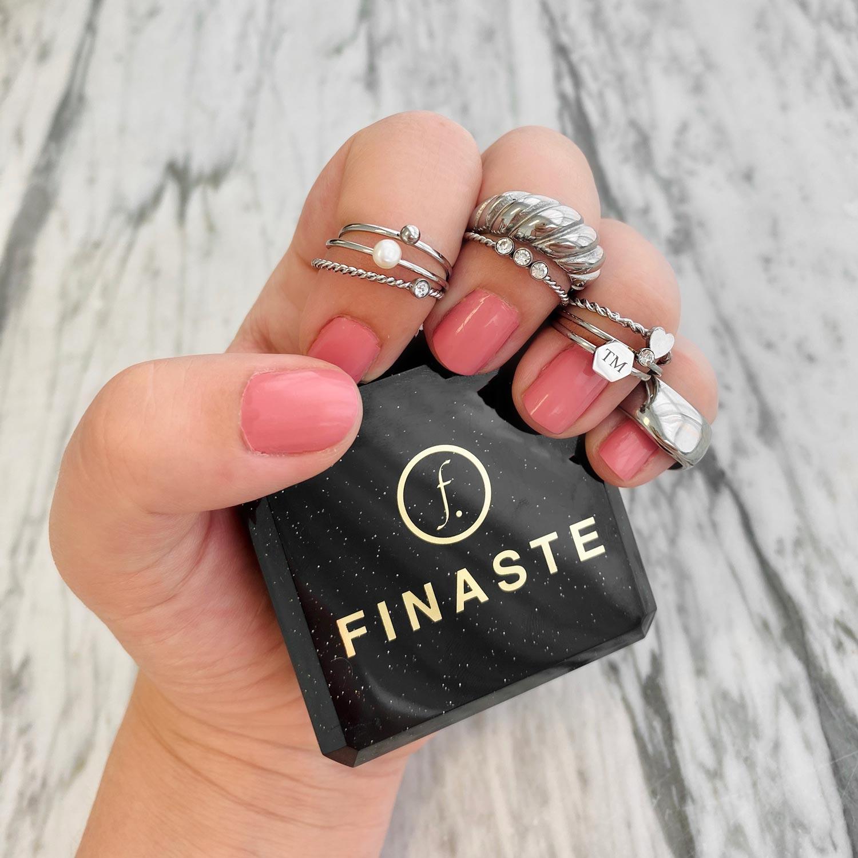 Trendy grove ring met motief in de hand met een sieradendoosje
