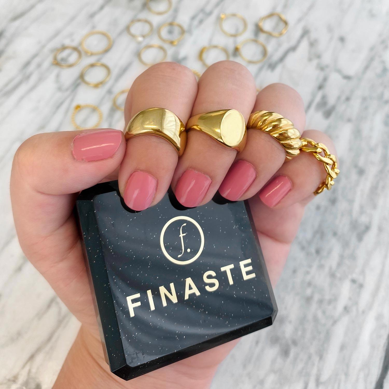 Mooie ringen in een sieradendoosje om te kopen