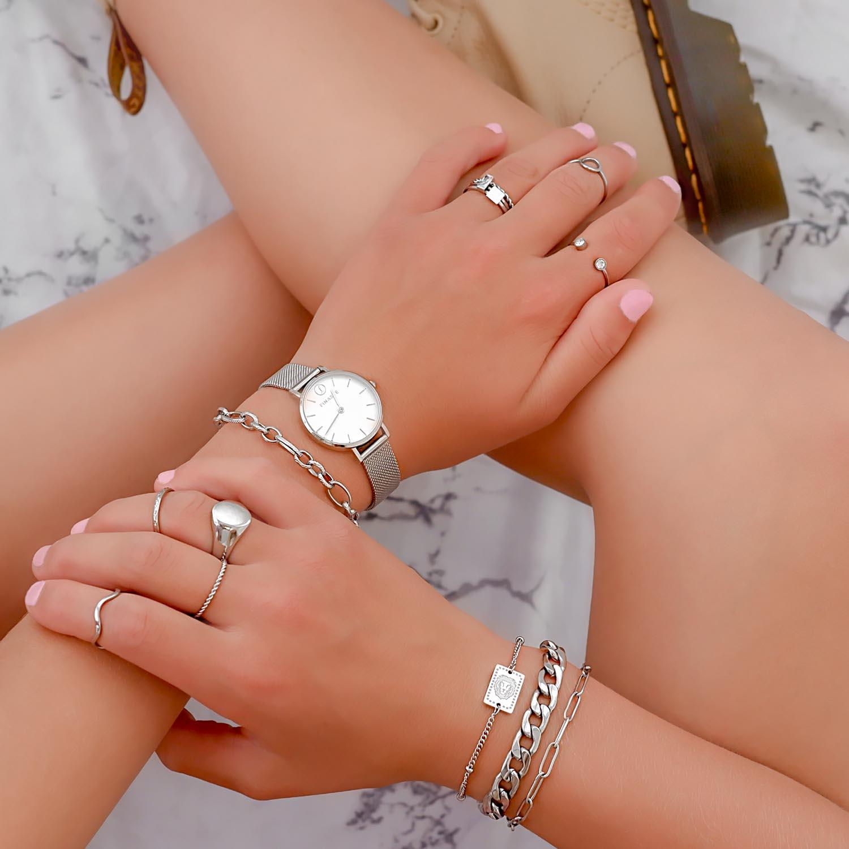 Trendy zilverkleurige sieraden voor een complete look