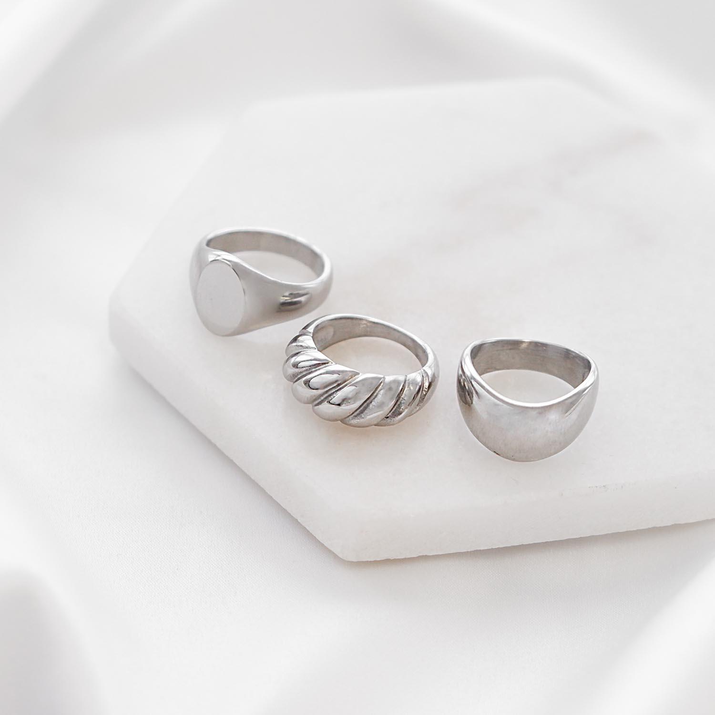 Mooie set van ringen op een marmer plaatje